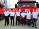 张秀臣董事长(左三)与易特客户合照